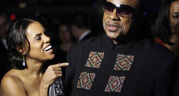 """Stevie Wonder papà a 64 anni, la compagna Robin aspetta 3 gemelli: """"Ha già 8 figli"""""""