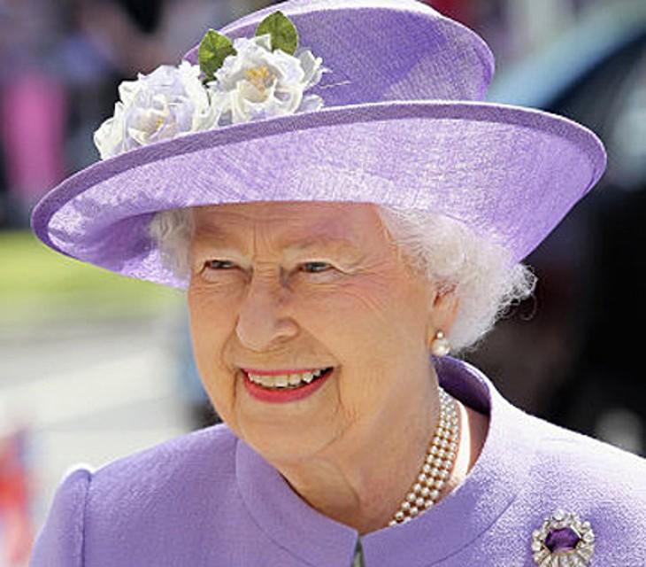 La regina Elisabetta e il record sul trono. Gli auguri dei sudditi la fanno commuovere